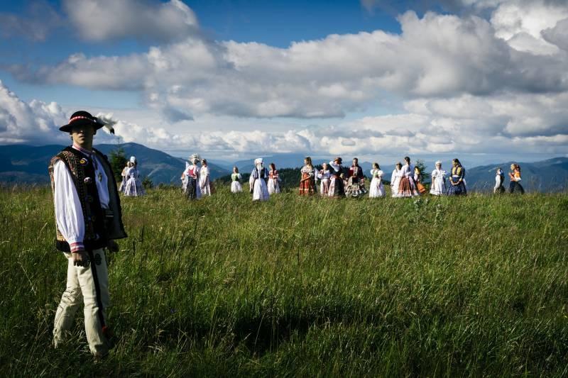 Slovenským devám vzdáva úctu piesňou mladá kapela Iconito a skúsení muzikanti zo Zlatých Huslí